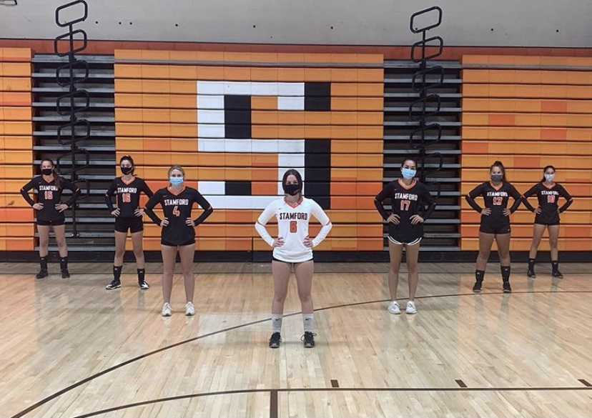 Volleyball+seniors+pose+wearing+their+masks%2C+socially+distanced.